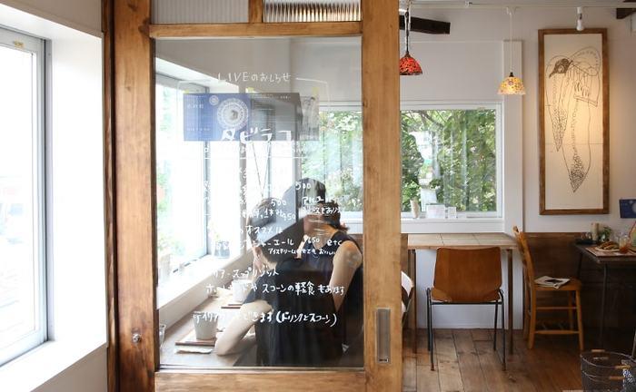 松陰PLATの2F奥にあるカフェ「タビラコ」は、前の建物のときからここにお店を構え、「松陰PLAT」と同時にリニューアルオープンしました。店名の「タビラコ」とはキュウリ草・春の七草の一つホトケノザの別称で、店主の高橋さんが幼い頃に遊んでいた思い出から名付けました。