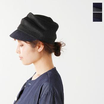 ジュート素材を丁寧に編み込んだキャスケットは、国内外で活躍する帽子デザイナー、苣木紀子さんの手がけるブランド、「chisaki (チサキ)」のもの。クシュクシュと絶妙なしわがとても表情豊か。帽子一つプラスするだけで、軽やかでリラックス感あるスタイリングが完成します。