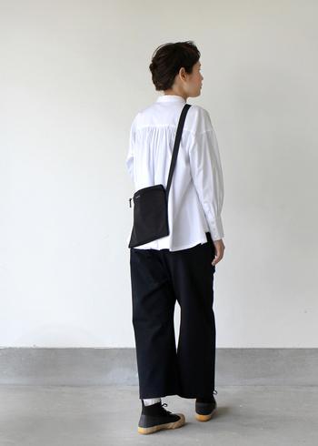 暑くなる季節もモノトーンが着たい! モノトーン好きさんには、涼し気なシャツと軽さのあるサコッシュがおすすめ!