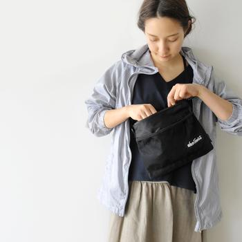 ちょっとそこまでのお買い物にも愛犬とのお散歩にも。サッと持ててどんな洋服ともマッチするシンプルな黒のサコッシュはヘビロテ間違いなしです。