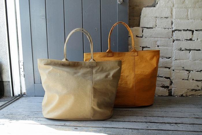 こちらも荷物がたっぷり入る大きなバッグです。 落ち着いた風合いから、しっかりとしたかための素材に見えますが、ナイロン100%なので段違いで軽いです。