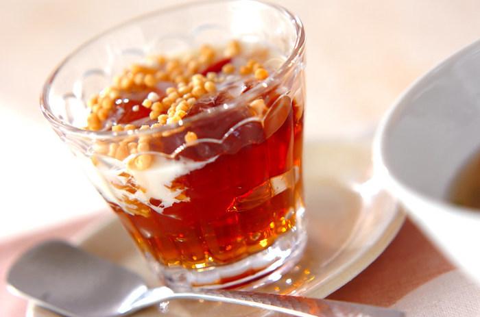 甘いものが苦手な方にもおすすめの「ウーロン茶ゼリー」。ほうじ茶で作ってもいいですね。脂っこい食事の後のデザートに最適♪甘さが欲しい人やお子さまにはコンデンスミルクをプラスして。