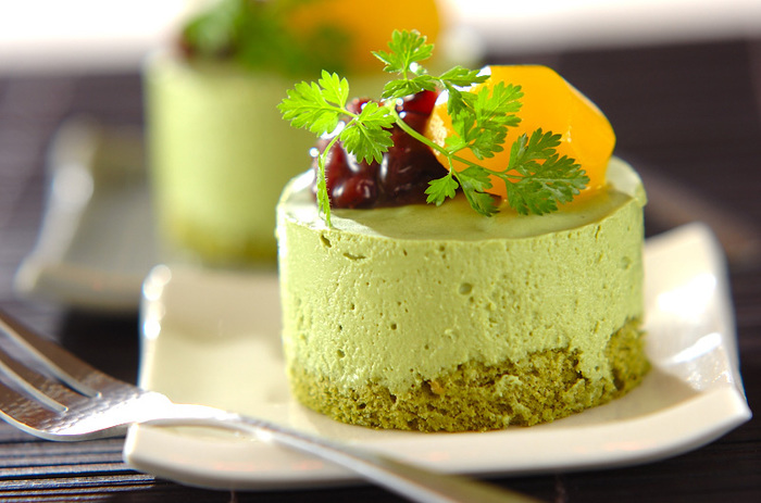 気の利いたおもてなしにぴったりな「抹茶ババロア」。綺麗なグリーンは見た目も涼しげですね。小豆など和風デコレーションも忘れずに。
