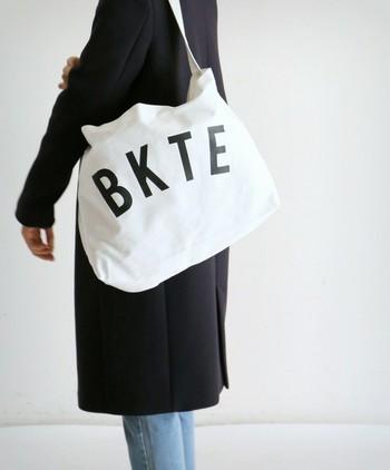どうしても荷物が減らせないときは、バッグ本体の方を軽くしてみませんか? シンプルなトートバッグなら、かっちりデザインのバッグより軽くて持ち歩きやすいですよ。こちらのバッグのようにショルダー付きのトートバッグも良いですね。