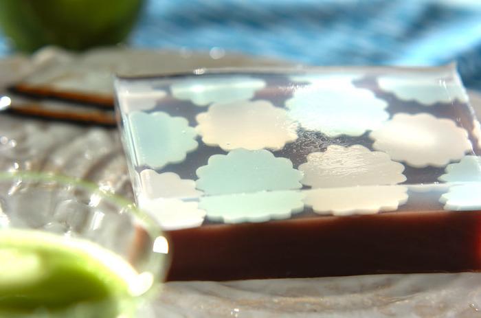 シンプルな水ようかんだけでも充分美味しいですが、せっかく作るならちょっぴり凝ってみたいですよね。透明の寒天と紫陽花型の寒天をプラスして涼を楽しんで♪