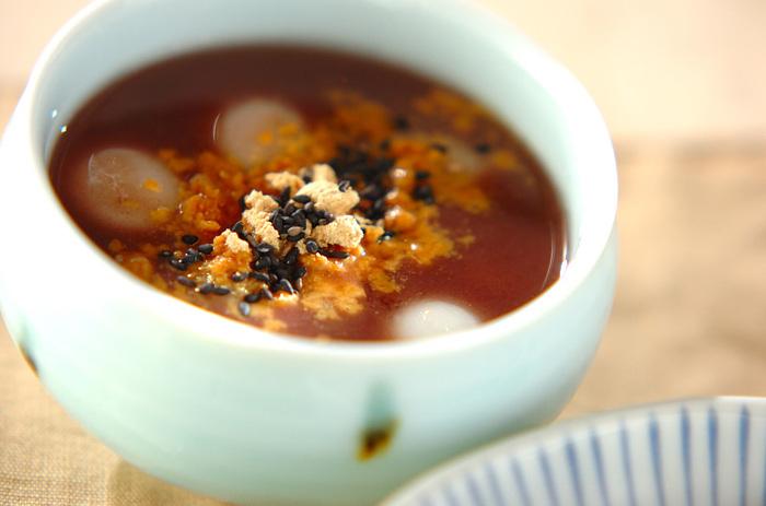おしるこは冬だけ、と思っていませんか?実は冷やししるこもとっても美味しいんです♪もちもちの白玉と冷たい汁の組み合わせは最高!きな粉と黒ごまで美容にも嬉しいスイーツになりますよ。