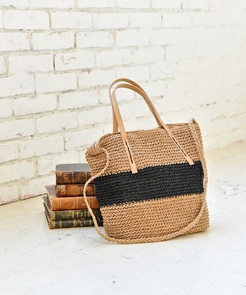 編み地がナチュラルな風合いの2WAYトートバッグ。 その軽さと通気性の良さから夏バッグにぴったりのペーパー素材を使用しています。 レザーハンドルでカジュアルになりすぎず、きれいめファッションにも合うトートです。