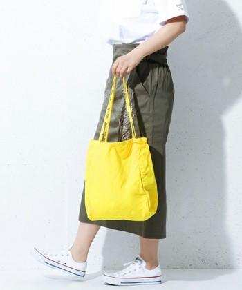ビビッドなイエローが爽やかで夏らしいコットンのトートバッグ!ショルダー部分が細いのでそのぶん軽いです。 こんな明るい色のバッグで、たくさんお出掛けしたいですね。