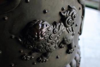 本願寺、門柱下の飾り金具・・・獅子の守り神が魔を祓います。