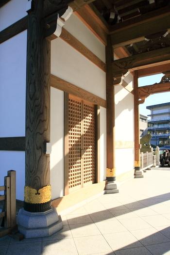 成田山総門・・・太く立派な欅(ケヤキ)の柱を飾る装飾金具です。枡格子の建具との調和が見事ですね。