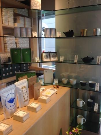お土産やお家でのティータイムに。鹿児島産のこだわりの茶葉や急須、湯のみなど、オリジナルグッズも販売しているので、記念に買って帰って、自宅で余韻に浸れるのも良いところ♪