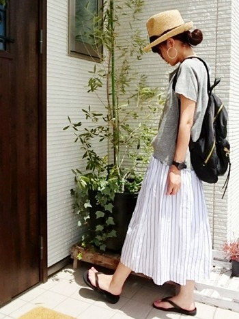 グレーのTシャツコーデには爽やかな白ストライプのロングスカートを合わせて、小物は黒で統一。ちょっぴりマニッシュな中折れハットでお出かけ気分もUPしそう!
