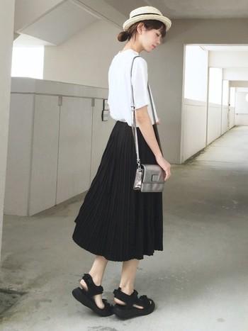 Tシャツに黒のプリーツスカート、黒サンダルをあわせた、真似しやすいシンプルなモノトーンコーデ。だけどナチュラル帽子やきらりと光るメタリックな小物を足すだけで、自分だけのオリジナルスタイルが作れます。