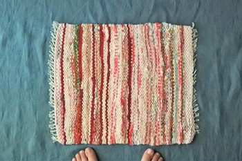こちらは布団に使われていた布で作られた裂き織りマット。吸水性抜群なので、キッチンや脱衣所に使用するのもおすすめです。温かみのある色合いが、お家を華やかにしてくれます。