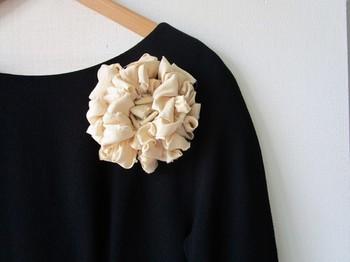 手作りだからこそ滲み出る、柔らかさと温かさ。裂き織りならではのボリューム感を、淡く光沢感のある上品な布でうまく調節しています。アンティークの着物生地を使ったシンプルなコサージュは、洋装にも和装にも相性バッチリ。フォーマルなシーンにもOKです。