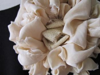 中にゴールドの布が使われているので、バッグや靴をゴールドで合わせれば統一感が出ます。和装なら、帯や草履にゴールドを取り入れても。
