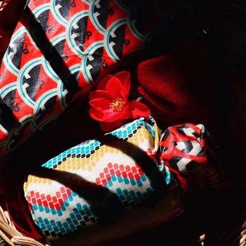 ちょっとした贈り物のラッピングにも「Bee Eco Wrap」は最適です。こんな可愛らしいデザインならきっと喜ばれることでしょう。