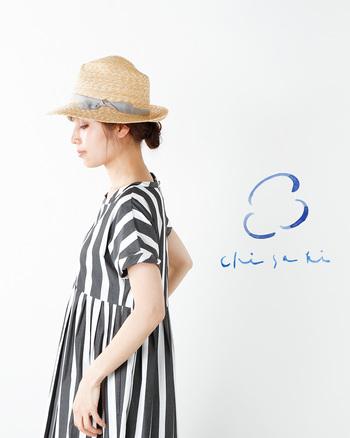 夏といえば、ストローハット。麦わら帽と呼ぶと何だか懐かしい気分にもなりますよね。こちらの「chisaki(チサキ)」のストローハットは、トップの片側だけがへこんでいて、アシメントリーなデザインになっているのがポイント。大人のかわいらしさとかっこよさが同居していて、とても魅力的です。