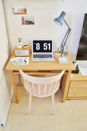 パソコンを使ったり、手紙を書いたり…落ち着いて座って作業をしたいな、なんて時にはデンマーク発HAY(ヘイ)の北欧ならではの木の椅子も◎。お気に入りのクッションを敷けば、快適に座れます。
