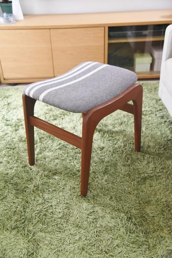 座面の緩やかなカーブが座り心地の良さそうな、デンマークのビンテージスツールです。 家事の合間に、朝のメイク時間に、ちょっとした時に使いやすい♪