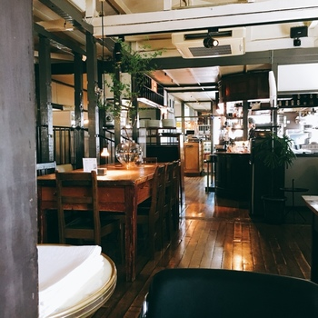 店内は落ち着いた雰囲気。居心地がいいのは、心からお店を愛する人達の手で作られた空間だから。