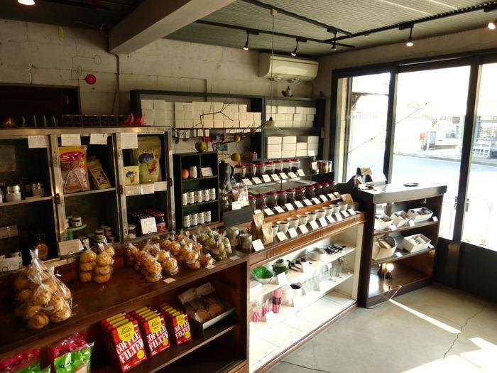 カフェを楽しんだら1階へ。季節の紅茶やコーヒー豆、オリジナルのマグカップなども購入することができます。