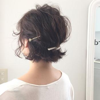 耳上の髪をねじって後ろでピンで留めて、トップを引き出すようなイメージでボリュームを出します。 サイドはスッキリ、トップにボリュームを持たせたメリハリアレンジ♪