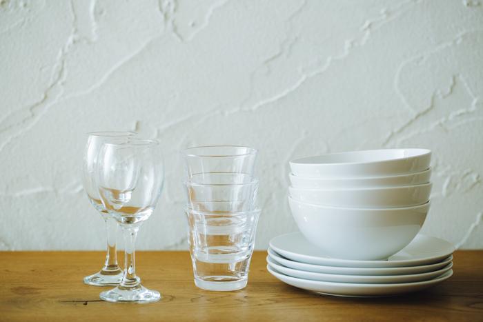 白い食器やシンプルなグラス、無難なものがあれば何かと便利ですが、なんだかちょっと物足りない気が