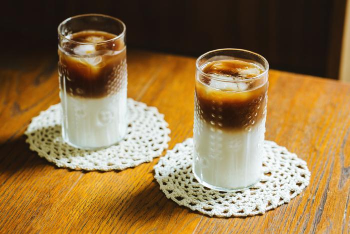 カフェなどでよく見かけるお洒落な「ツートンコーヒー」。二層に分かれた不思議なカフェオレを自宅で再現! (クリア/23cl)