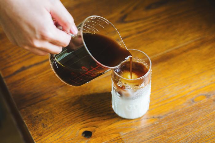 コーヒーを後からゆっくり注ぐのがポイント。氷に当てると上手にできますよ