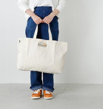 荷物を気にせずお出かけしたい! そんなときは大きなトートバッグに、どんどん入れちゃいましょう。