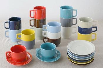 「HASAMI」の食器は、食卓を彩るカラフルな色づかいや、使い勝手のいいシンプルなかたちが人気。