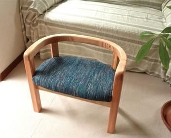 絹を裂いて作った裂き織り布を座面に使用した、コンパクトタイプのベンチ。丈夫で長持ちする裂き織りの布は、イスの座面にぴったりです。