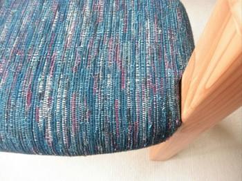ブルーを基調とした布は、柔らかな木目と相性抜群。5色以上で構成されているので、汚れが目立ちにくいのも嬉しいですね。