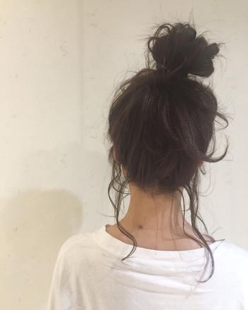 トップの高い位置のお団子ヘアも小顔効果大! 後れ毛を出してあげると、ゆるっとナチュラルな感じに仕上がりますよ。