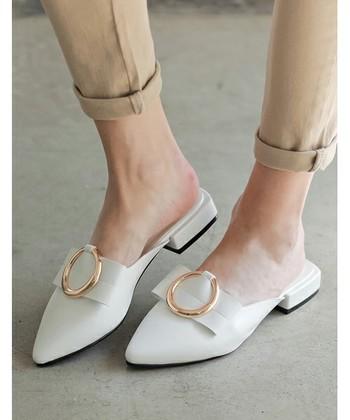 パンプスともスニーカーともペタンコ靴とも違う、スッキリとした可愛らしさが最大の魅力!パンツにもスカートにも相性の良い、今季のトレンド「つっかけ系サンダル」をコーディネート毎に、ご紹介していきます。