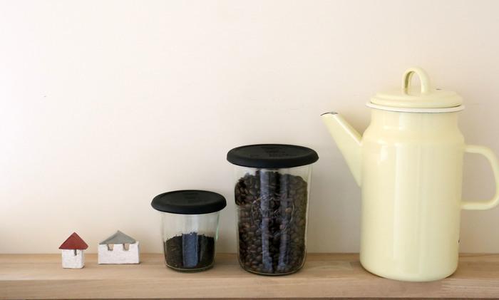Blackはスタイリッシュでかっこいいイメージ。コーヒー豆や紅茶を入れて、ディスプレイするように収納するのもおすすめ。