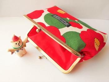 色鮮やかな和柄が、パッと目に飛び込んでくる印象的ながま口ポーチ。これなら、バッグの中で見失うことなんてありませんね!