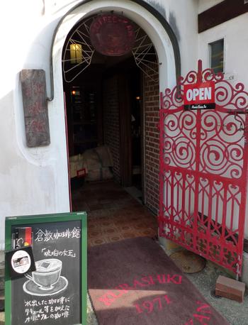 「倉敷珈琲館」も老舗カフェの一つ。中橋の近く「旅館くらしき」の隣、民藝館の対岸に位置します。江戸期の建物を改装した店ですが、店内は赤レンガと木で設えた珈琲店らしい、落ち着いた雰囲気です。