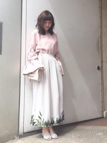 ボタニカル柄のロングスカートに、トレンドの袖コンシャスブラウス。両方ともボリュームがありトレンドなので、足元は主張しすぎないアイスグレーのミュールサンダルで爽やかに仕上げています。