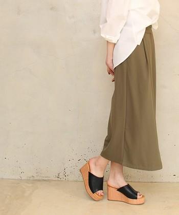 フロントインしたシャツと、ロングスカートはリラックススタイルにぴったりです。ツヤ感のあるサボサンダルでお出掛け感UP。厚底のサボサンダルは安定感抜群で歩きやすいので人気です。