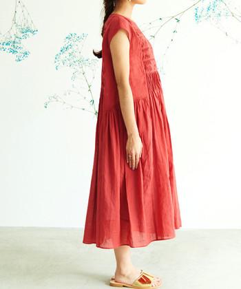 春はTシャツの上に重ねたり、軽めのアウターを着て、夏は一枚でストンと着るだけで、トレンドのオシャレコーデが完成しちゃいます♪  強すぎない赤は「赤初心者」さんでも取り入れやすいです。