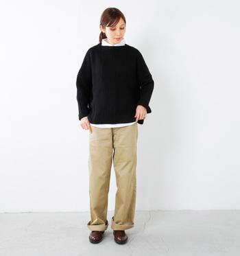 """ワイドシルエットのベージュチノパンに、ゆったりめのオーバーサイズのセーターを合わせて。裾や首元からちらりと見える白シャツのバランスがいいですね。シルエットがカジュアルな文、きちんと感のあるシューズで引き締めるのが""""大人カジュアル""""のポイント。"""