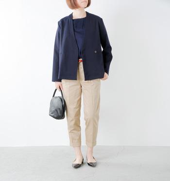クロップド丈のチノパンにジャケットとパンプスを合わせたスタイルは、オフィスコーデにもおすすめです。