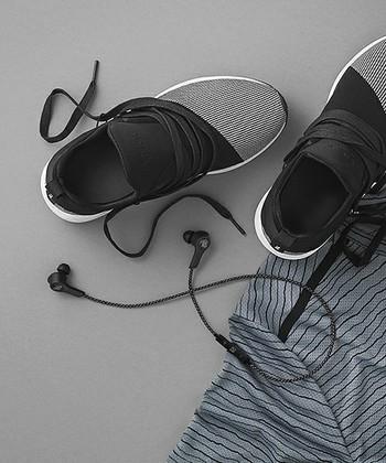 アクティブなお父さんには、汚れや汗にも強いワイヤレスのイヤフォンを。人間の耳の形やカーブを研究してデザインされており、快適なつけ心地です。