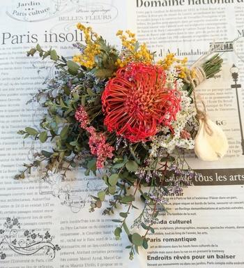 大きな赤いお花はピンクッションと言う名だそうです。ドライフラワーになると花はクシュクシュっと縮んできますが、あまり退色せず落ち着いたトーンになっていき、アンティークな雰囲気が出ますよ。
