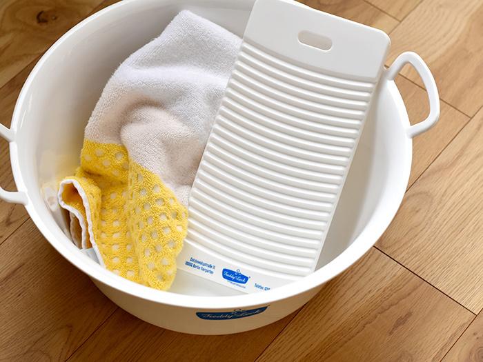実はリネン製品は、簡単な洗濯で汚れを落とすことが出来るので、手洗いでも、洗濯機でも洗うことが出来るんですよ。その場合、洗濯機も手洗いの時も、しっかりと絞らず、脱水の時間は短くすることがポイントになります。