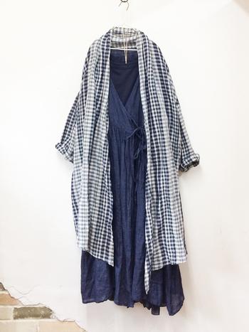 「nest Robe」のカシュクールタイプのワンピース。今年流行のガウンにもなるので、一年を通して重ね着として活躍するアイテムです。