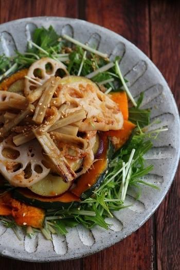 レンコンやごぼうを焼いて水菜の上にのっけるサラダは、香ばしさと食感がgood! すりおろし玉ねぎドレッシングがよく合います。