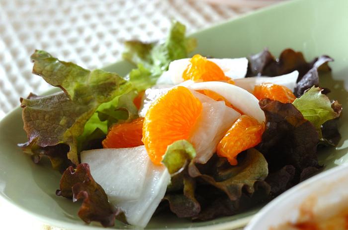 特にサラダに合う果物といえば柑橘系ですね。 ドレッシングもレモンと塩とサラダ油だけで作るので、さっぱりとシンプルに食べられます。